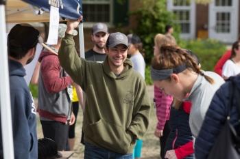 Tuck MBA students volunteer at the Tuck Runs for Veterans 5K